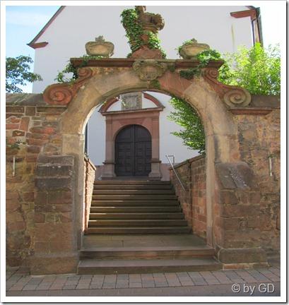 Treppe und Torbogen Hainfelder Kirche